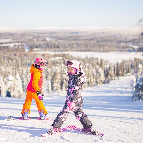 Lapsiperheet viihtyvät Iso-Syötteellä Lumimaassa. Hiihtokeskuksessa on helpot suorituspaikat aloittelijoille. Lapset viihtyvät Lumimaassa.