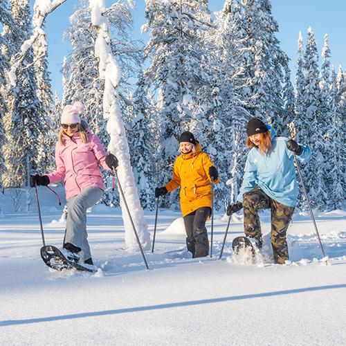 Lumikenkäily on Syötteellä helppoa. Luontokeskukselta lähtee monipiuolisia reittejä. Koko perhe nauttii yhdessä tekemisestä.