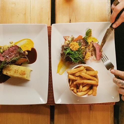 Laskettelun ja lumilautailun jälkeen maistuu hyvä ja helppo ruoka. Kide hotellin vieressä on tunturin paras ravintola. Tuba food and lounge tarjoaa ekologisia vaihtoehtoja.